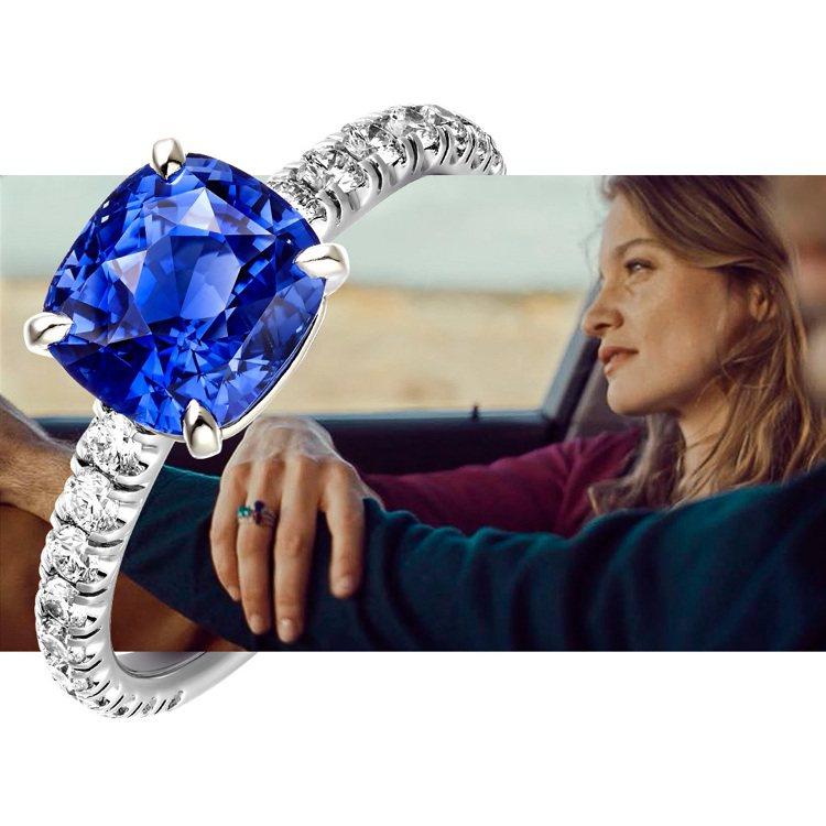 藍寶石的冷凝與高貴,正是情意的優雅見證。 圖/卡地亞 提供