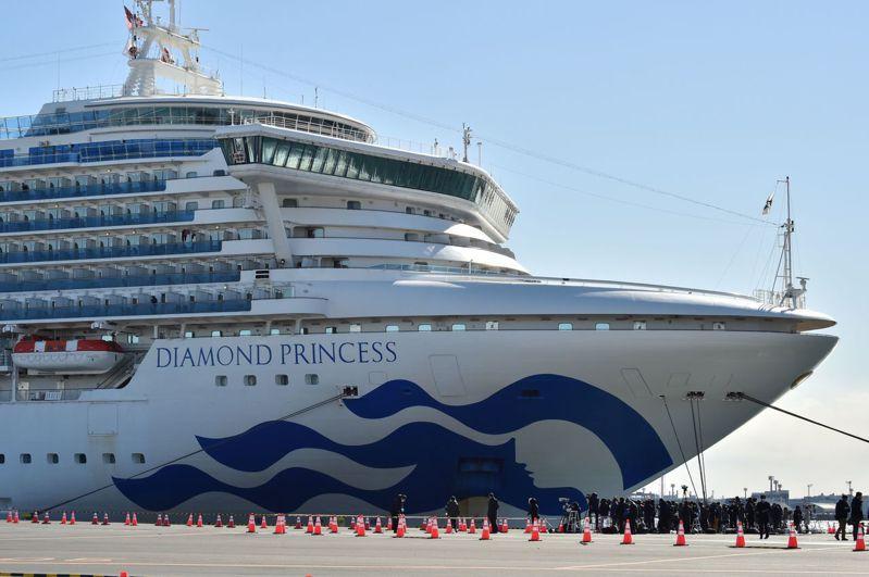 鑽石公主號遊輪1日曾停靠日本沖繩縣,有一人疑似因接觸遊客感染肺炎。 法新社