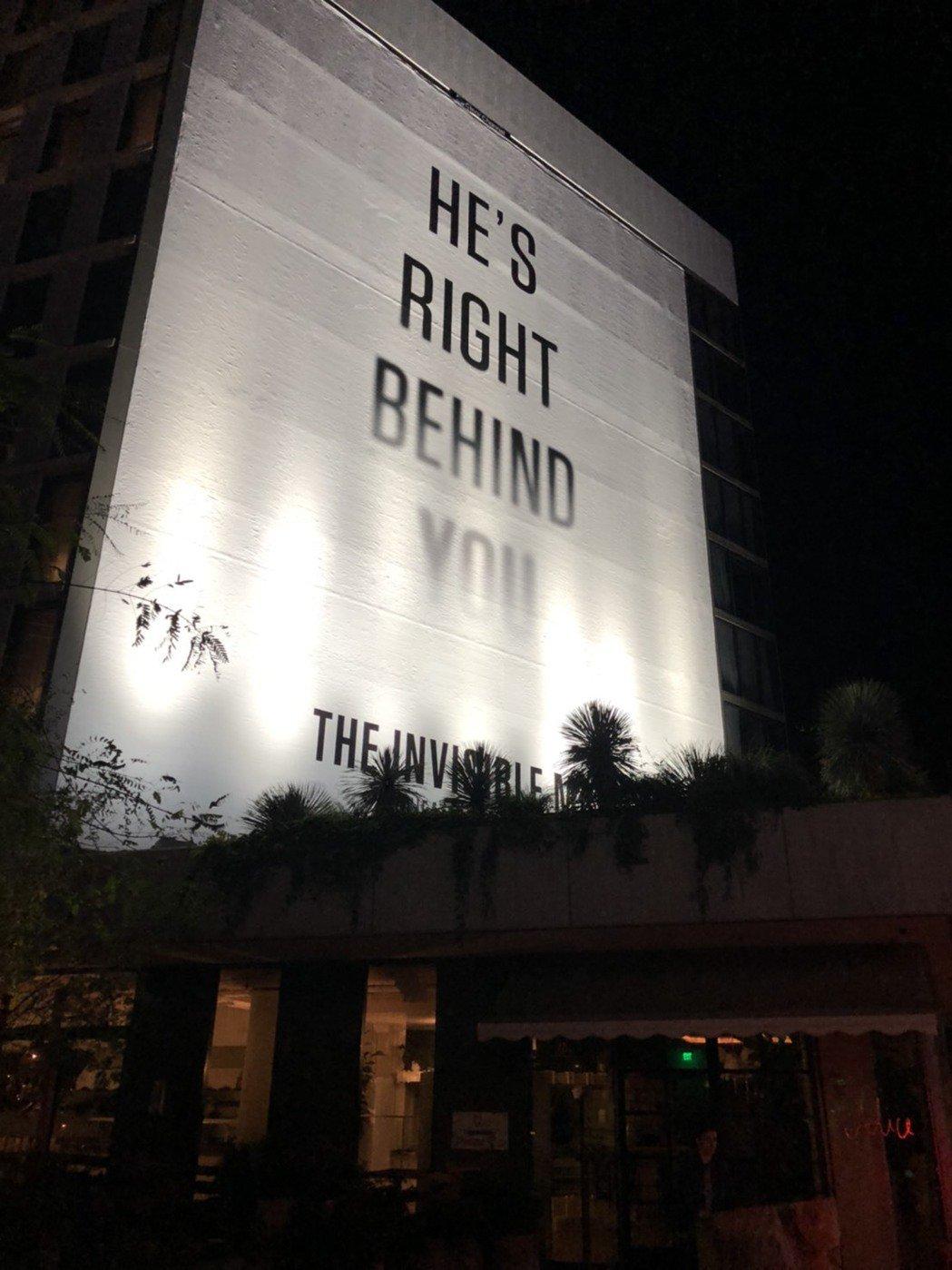 「隱形人」在洛杉磯到處都有大型試片看板,包括這張「他就站在你背後」。記者陳建嘉攝