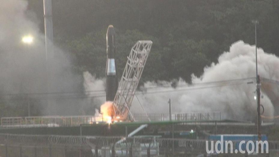 眾所矚目的民營運載探空火箭「飛鼠一號(HAPITH-I)」,今天清晨從台東縣達仁鄉南田村試射升空,不過,卻因系統異常,火箭未順利試射出去,以失敗作收。記者尤聰光/攝影