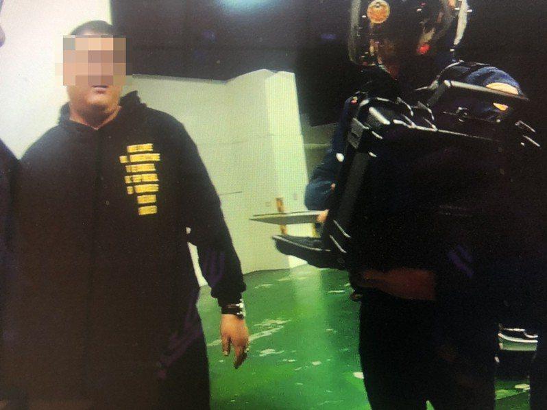 柯男(左)酒後疑似駕車,警方到場後拒絕酒測,更對員警辱罵不雅字眼遭法辦。圖/民眾提供