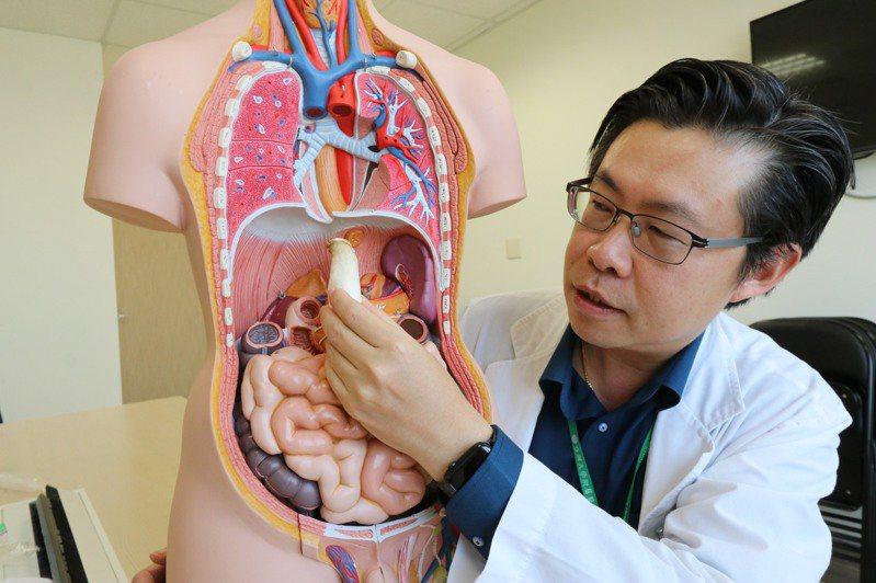 亞洲大學附屬醫院胸腔內科主任黃建文指出,「食道弛緩不能症」從有症狀到確診,平均需要2年時間。圖/亞洲大學附屬醫院提供