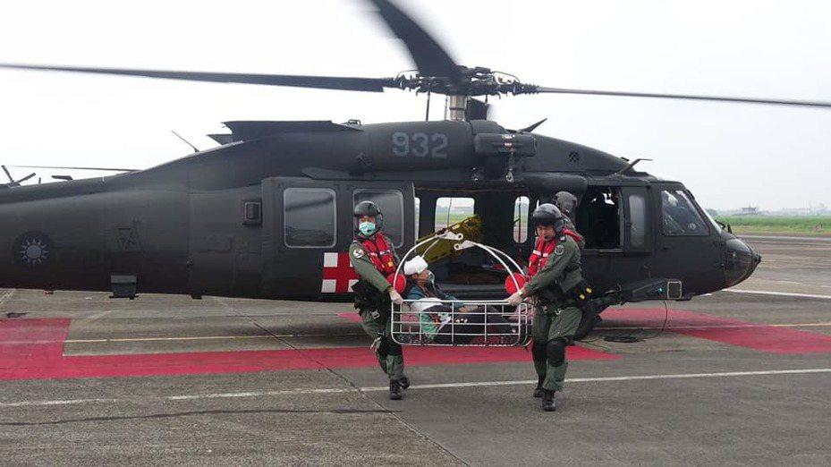 空軍嘉義基地第四聯隊所屬救護隊換裝UH-60M黑鷹直升機,已依規定完成訓練,明天在基地低調舉行成軍典禮,圖為黑鷹執行救護任務。圖/取自空軍總部臉書