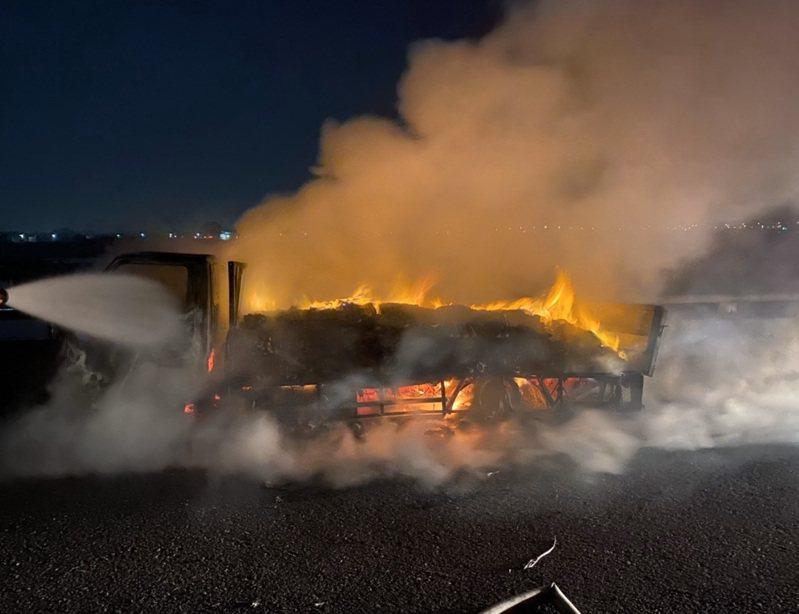 一輛滿載酒精的卡車在快速道路上起火,整車乾洗手液全被燒毀。圖/雲林消防局提供