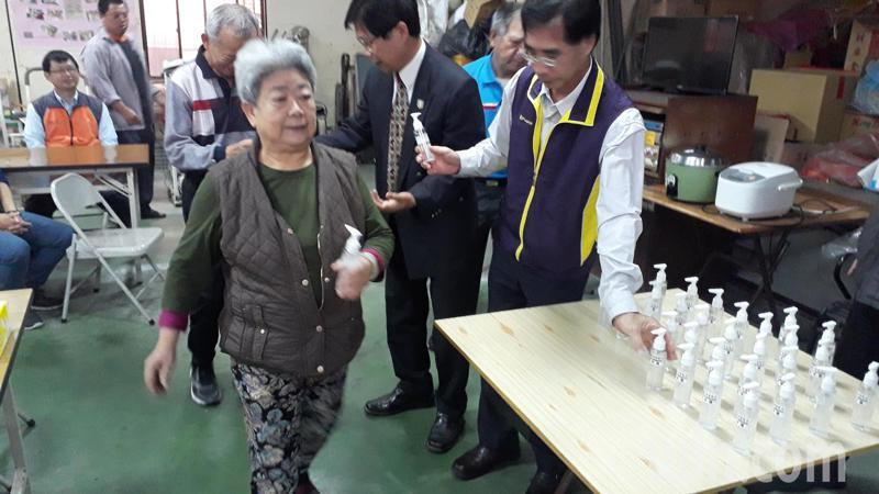 中華醫事科大自製潔手露,分送在地民眾助防疫。記者周宗禎/攝影