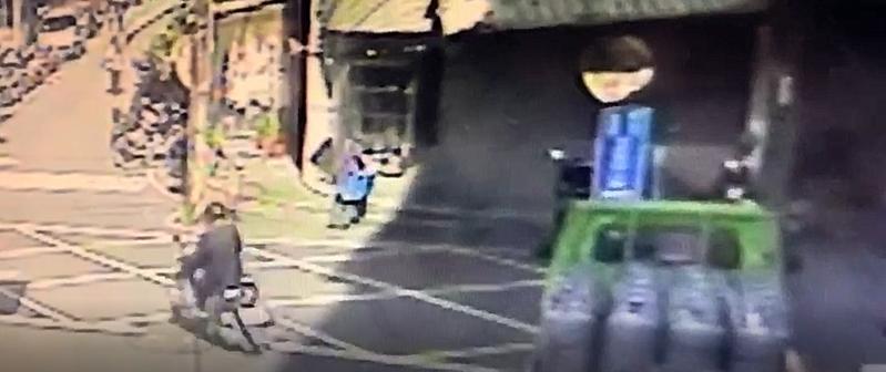 林姓男子騎著偷來的贓車,隨機尋找對象飛車行搶。記者陳弘逸/翻攝