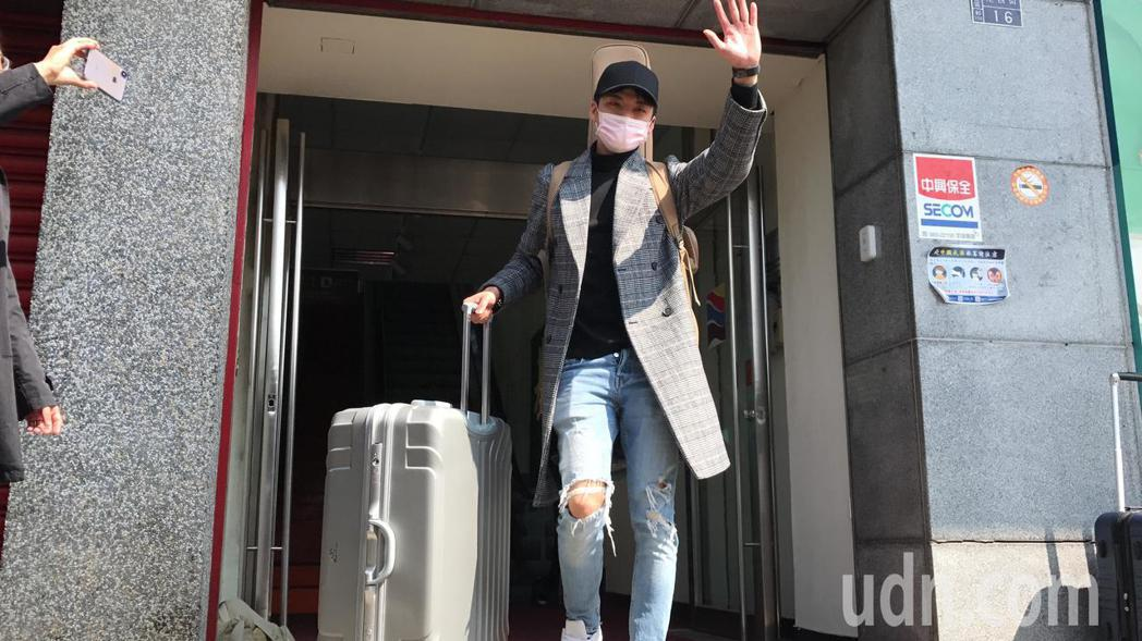 星光一班歌手劉明峰今天從寶瓶星號下船了,他說,一個月沒回家了,回家第一件事想洗澡...