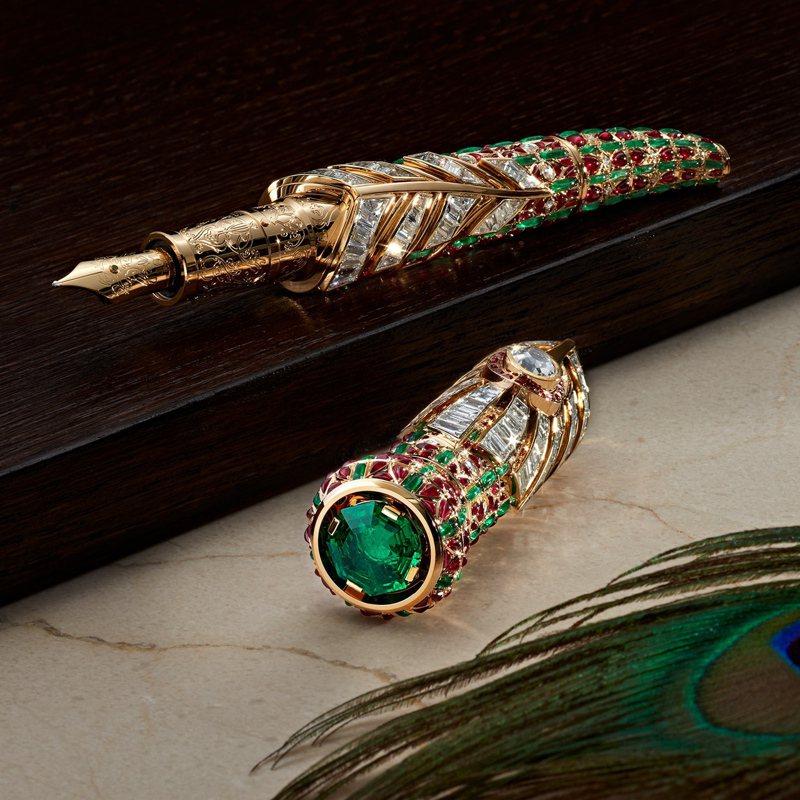 在蒙兀爾宮廷中具有「月亮的眼淚」特殊名稱的祖母綠,被運用在系列的「限量款1 月之淚」筆具鑲嵌之上。售價約 160萬歐元,折合台幣約5,234萬4,000元。圖╱Montblanc提供。