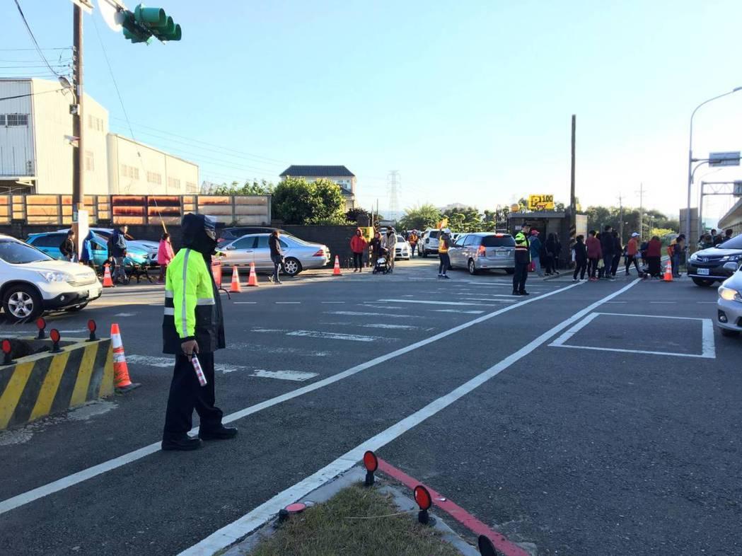 警方提醒,行人穿越馬路得依規定走行人穿越道。圖/警方提供