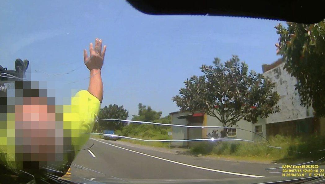 桃園去年有36名行人因車禍被撞死,主要原因為汽機車未禮讓、行人違規穿越馬路。圖/...