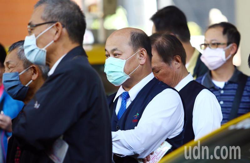 台北市開放北市車籍的計程車司機買口罩,許多駕駛上午專程到建國南路高架橋下服務站排隊購買。記者杜建重/攝影