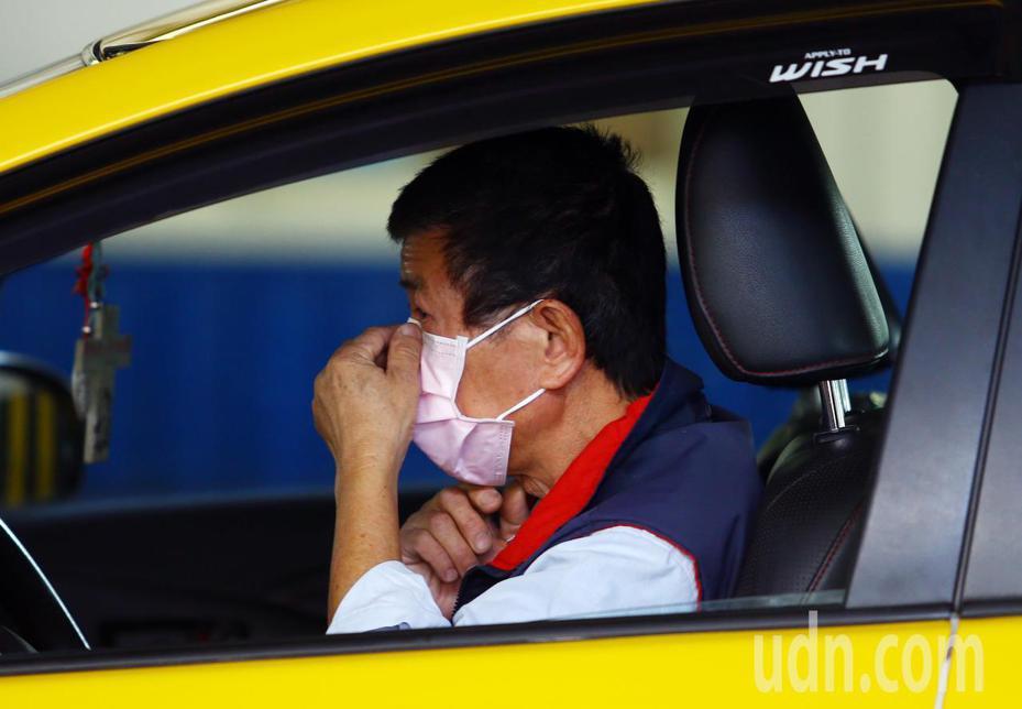 台中市交通局今天表示,下午3時起,車籍為台中市計程車的駕駛,可向所屬車隊、車行或合作社購買口罩,每車每天額度1片,每片均一價5元,示意圖。聯合報記者杜建重/攝影