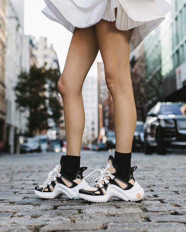 Leandra Medine Cohen詮釋LV Archlight運動鞋,售價...