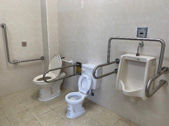台中市大雅區六寶公園男廁間具親子與輔助扶手。圖/台中市政府提供