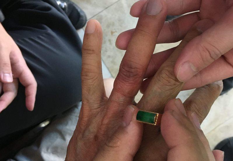 基隆市一名老翁戴在手上30多年的戒指拿不下來,無法做全身健檢,向消防人員求助,取出戒指的手指明顯瘦了一圈。記者邱瑞杰/翻攝