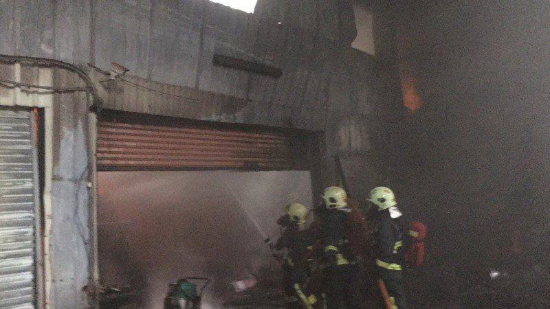 起火工廠內部一片焦黑,起火原因及損失則還有待釐清。記者巫鴻瑋/翻攝