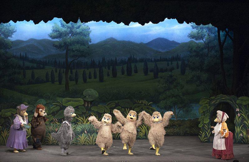 銀河谷音劇團改編丹麥作家安徒生著名童話的新劇「醜小鴨歷險記」,2019年底開始巡迴演出,引起觀眾熱烈迴響,許多場次一票難求。圖/葫蘆墩文化中心提供
