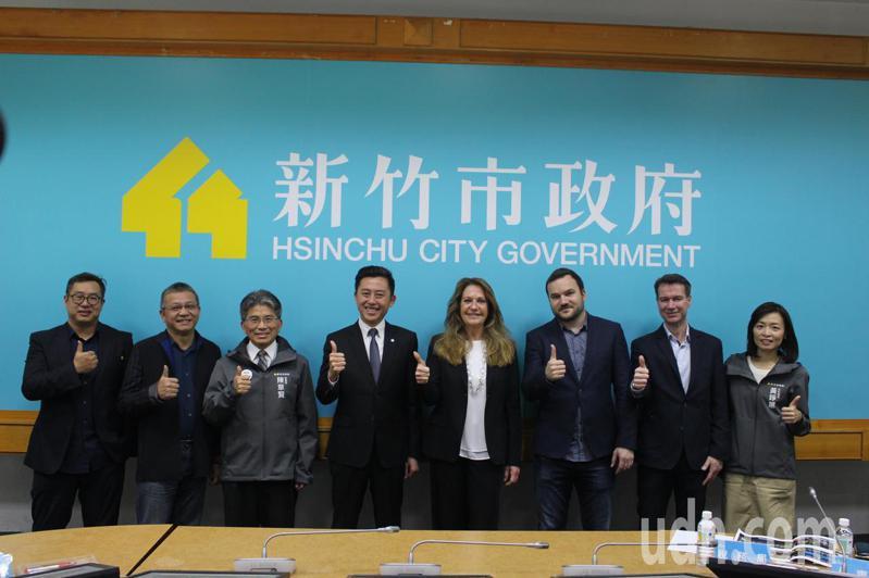 新竹市政府為籌備2021台灣燈會,邀請德國柏林燈節策展人Birgit Zander及團隊至新竹市3天參訪,今天雙方團隊在市府相見歡,並頒發聘書與經驗交流。記者張雅婷/攝影