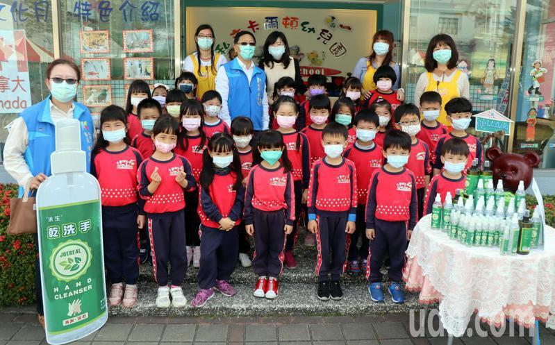 汎生製藥捐贈2000瓶乾洗手噴劑,將配發給高雄市656所幼兒園,為幼兒健康把關。記者徐如宜/攝影