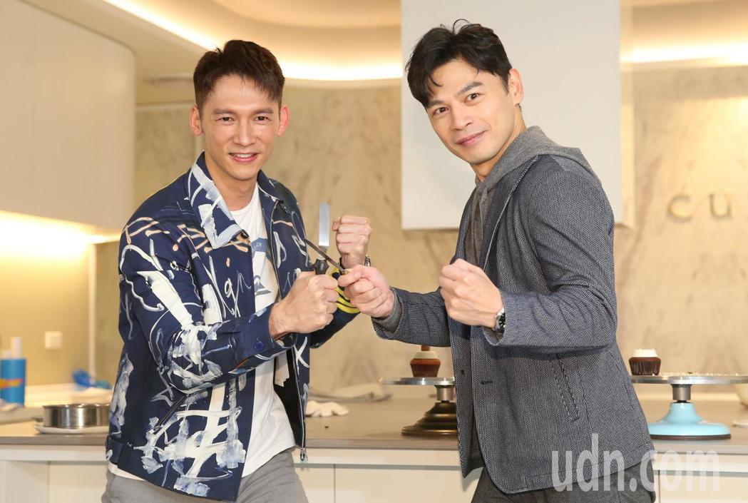 《練愛iNG》導演林暐恆(阿KEN)(右)、演員溫昇豪(左)。記者曾學仁/攝影
