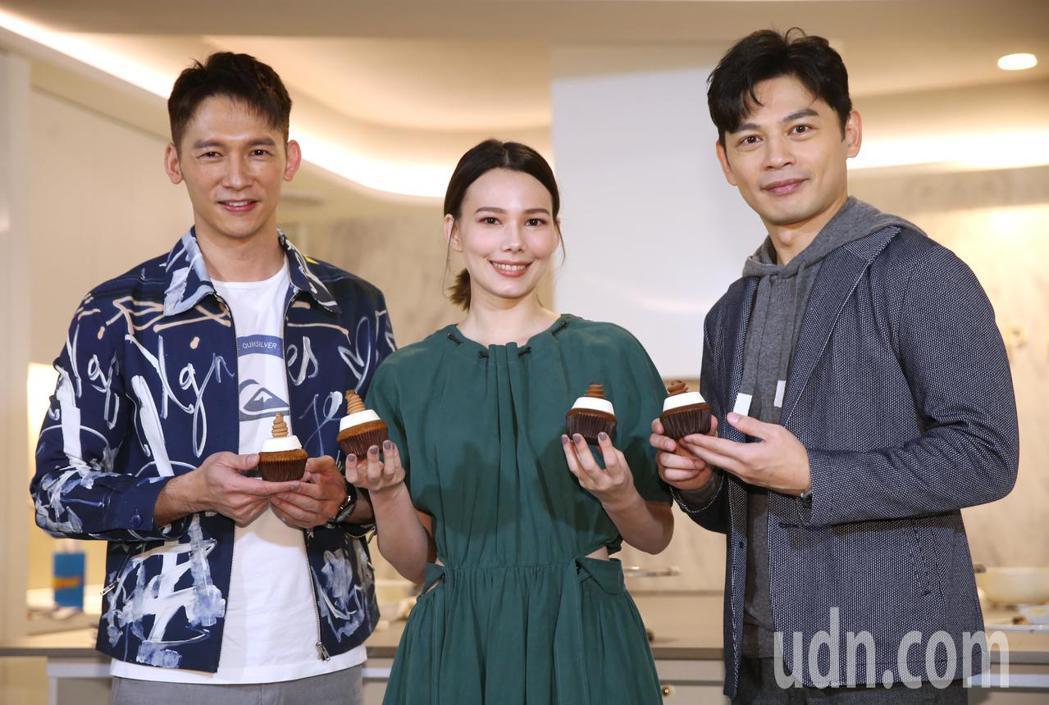 《練愛iNG》導演林暐恆(阿KEN)(右)、紀培慧(中)、溫昇豪(左)。記者曾學...