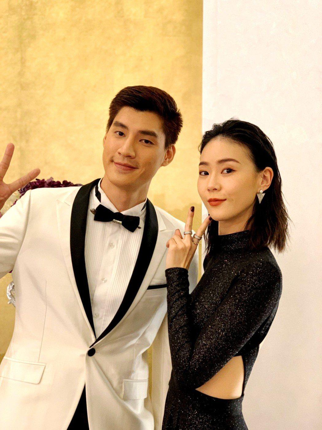 鍾瑶(右)環抱羅宏正祝他情人節快樂  圖/三立提供