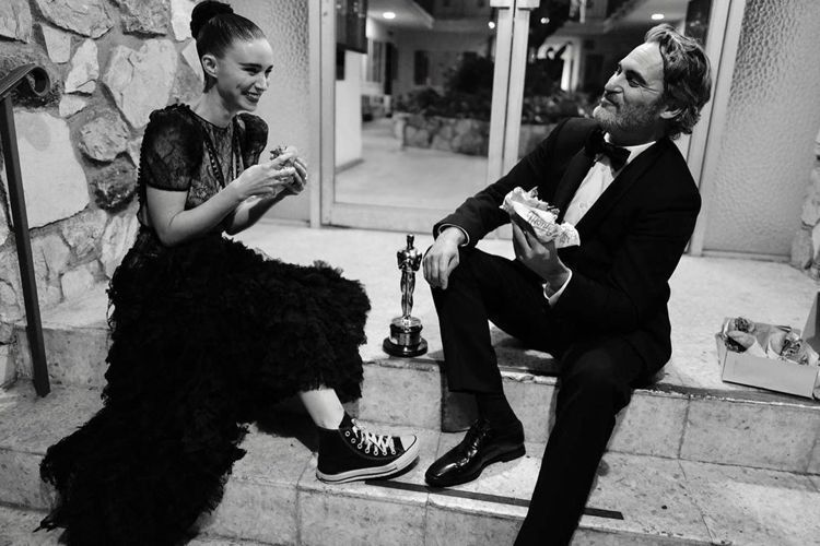 瓦昆菲尼克斯與未婚妻魯尼馬拉在頒獎典禮後一起享用素食漢堡。圖/摘自IG