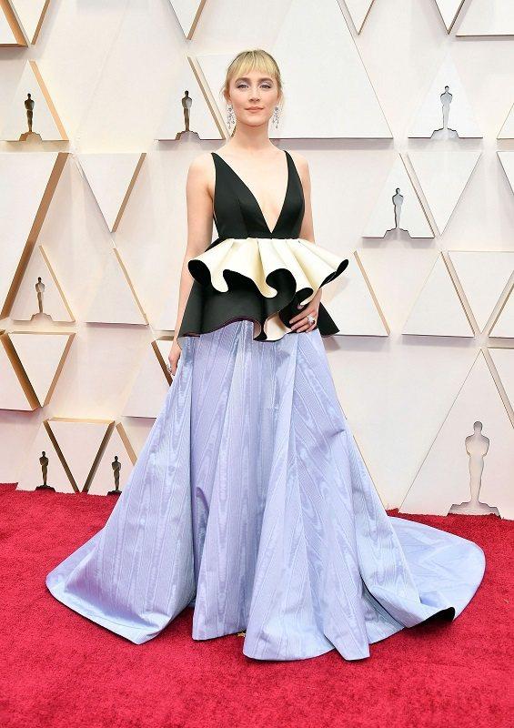 瑟夏羅南在奧斯卡穿的蓬裙上身其實就是從BAFTA上那件禮服布料回收再製而成。圖/...