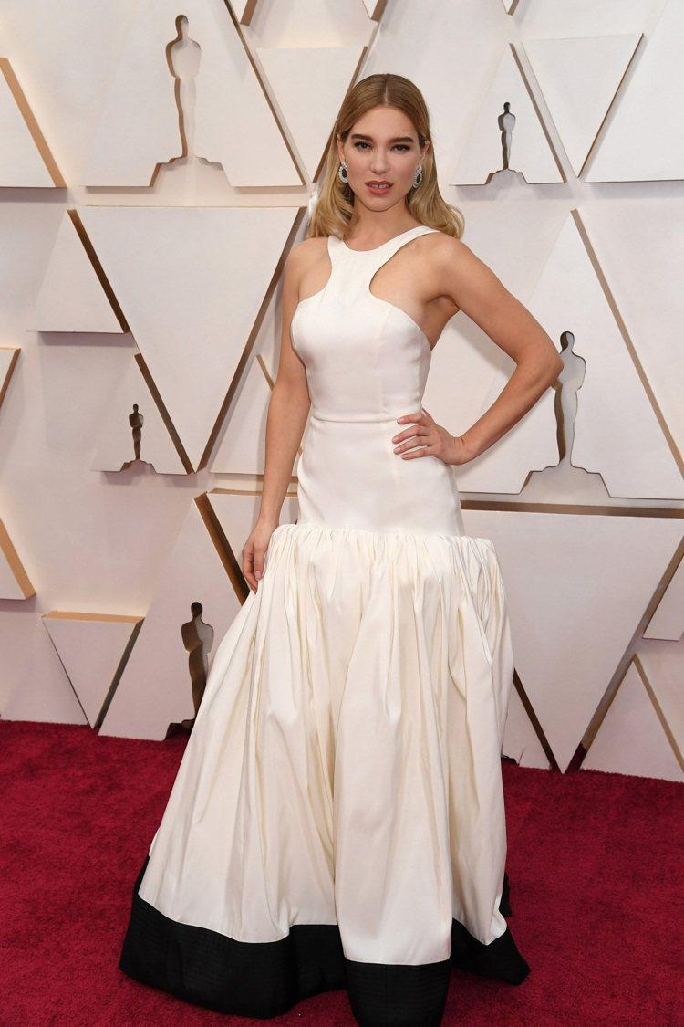 蕾雅瑟杜的白色洋裝也是由有機絲緞所製成。圖/Louis Vuitton提供