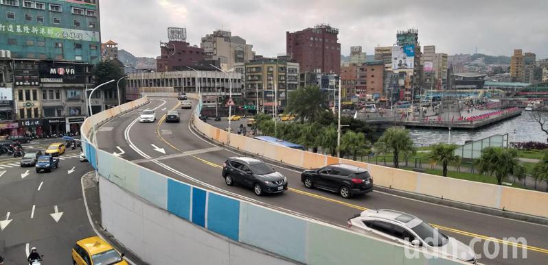 基隆市警方在中正高架橋架設「科技執法」設備,2月1日啟用,防止重車行駛威脅行車安全。記者邱瑞杰/攝影