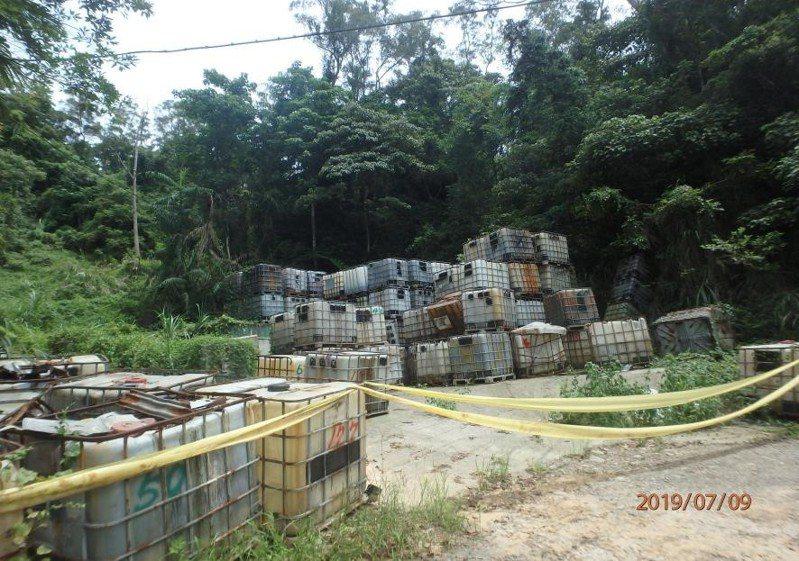新竹縣橫山鄉沙坑村一處空地,去年3月被人發現遭棄置341桶化學廢棄物,縣府擔憂汙染疑慮,動用第二預備金,經過4個月將88公噸化學物全數清除。圖/新竹縣政府提供