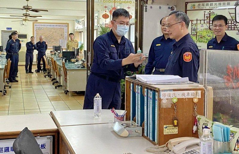 署長陳家欽抵達虎尾派出所關心第一線警察防疫工作,警員向署長說明他們自我防疫的要領。記者蔡維斌/攝影