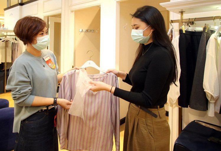 新光三越全台超過400家專櫃,消費者試穿服飾提供拋棄式頭套。圖/新光三越提供