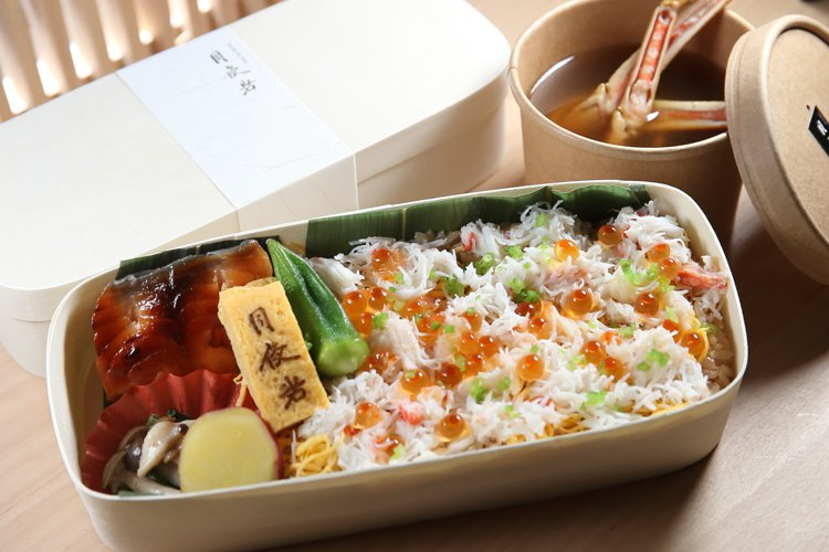 「蟹壽司便當」除了蟹肉,還有鮭魚卵、鮭魚、玉子燒等配菜。記者陳睿中/攝影