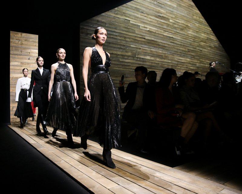 貝拉哈蒂德性感走2020秋季MICHAEL KORS時裝秀。圖/MICHAEL KORS提供