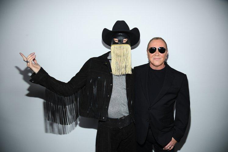 設計師Michael Kors(右)與秀上表演的歌手Orville Peck合影...