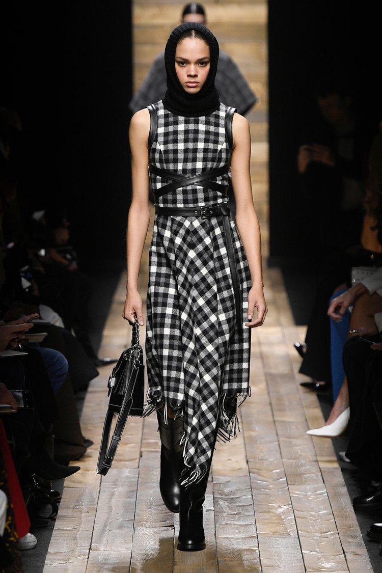 修身格紋洋裝相當實穿,秋冬季以簡約的黑白色為主。圖/MICHAEL KORS提供