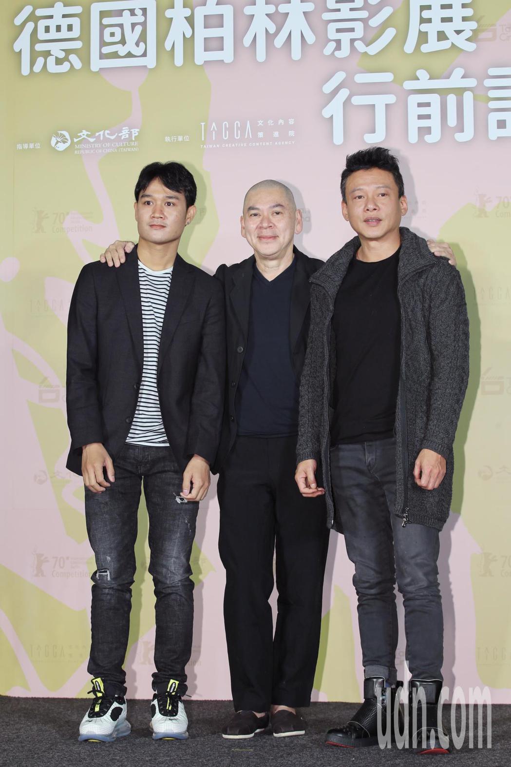 睽違15年,導演蔡明亮(中)的作品「日子」再度入圍柏林影展,影展行前他與兩位男主...
