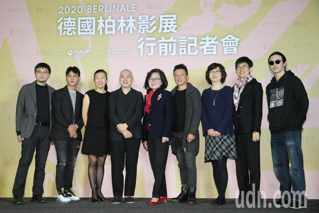 睽違15年,導演蔡明亮(左四)的作品「日子」再度入圍柏林影展,影展行前他與兩位男...