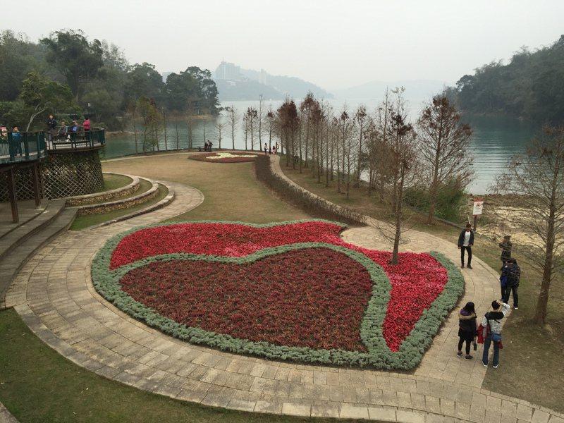 向山遊客中心的雙心花園象徵心心相印,吸引情侶、夫妻拍照。圖/本報資料照片