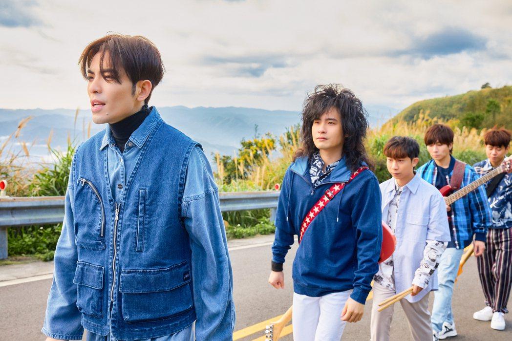 蕭敬騰領軍獅子LION 推出新歌「第一眼」。圖/華納音樂提供