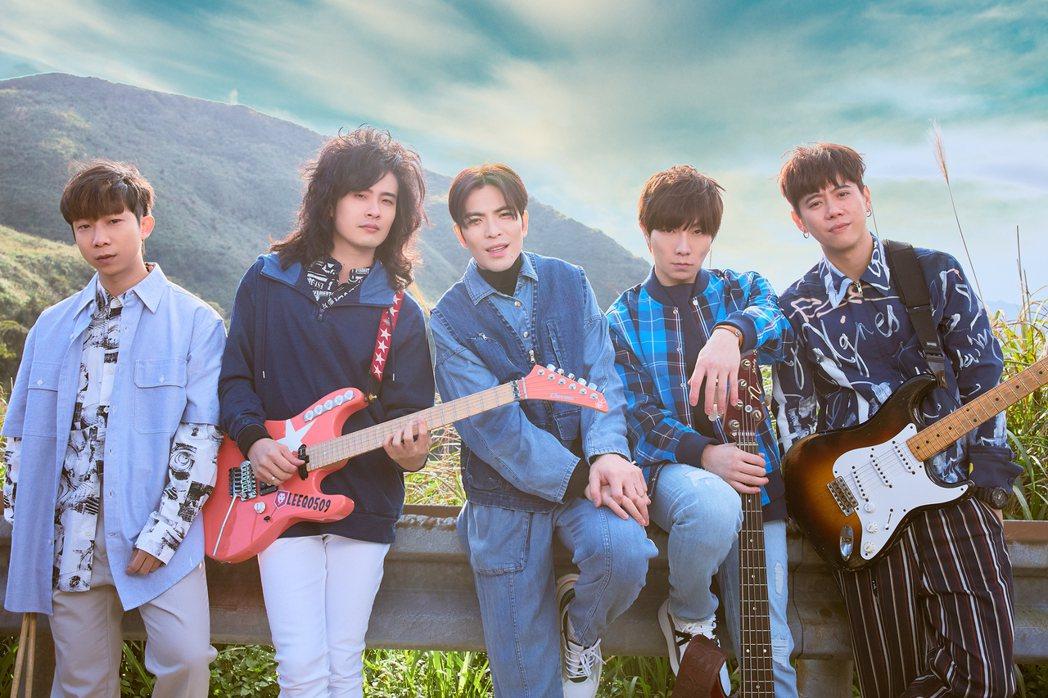 蕭敬騰(中)領軍獅子LION 推出新歌「第一眼」。圖/華納音樂提供