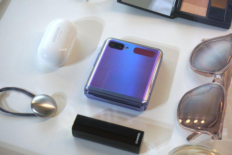 三星Galaxy Z Flip摺疊時前置快捷視窗可顯示各種通知,展開後無縫切換內...