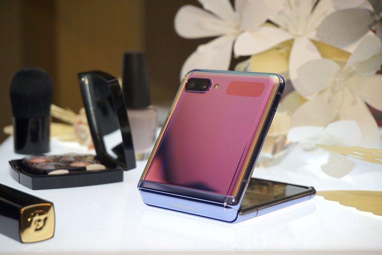 三星Galaxy Z Flip摺疊時就像粉盒一樣輕巧美型。記者黃筱晴/攝影