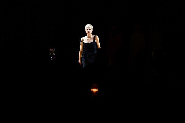 在公園大道軍械庫碩大的秀場中,由傳奇編舞家和舞蹈家Karole Armitage...