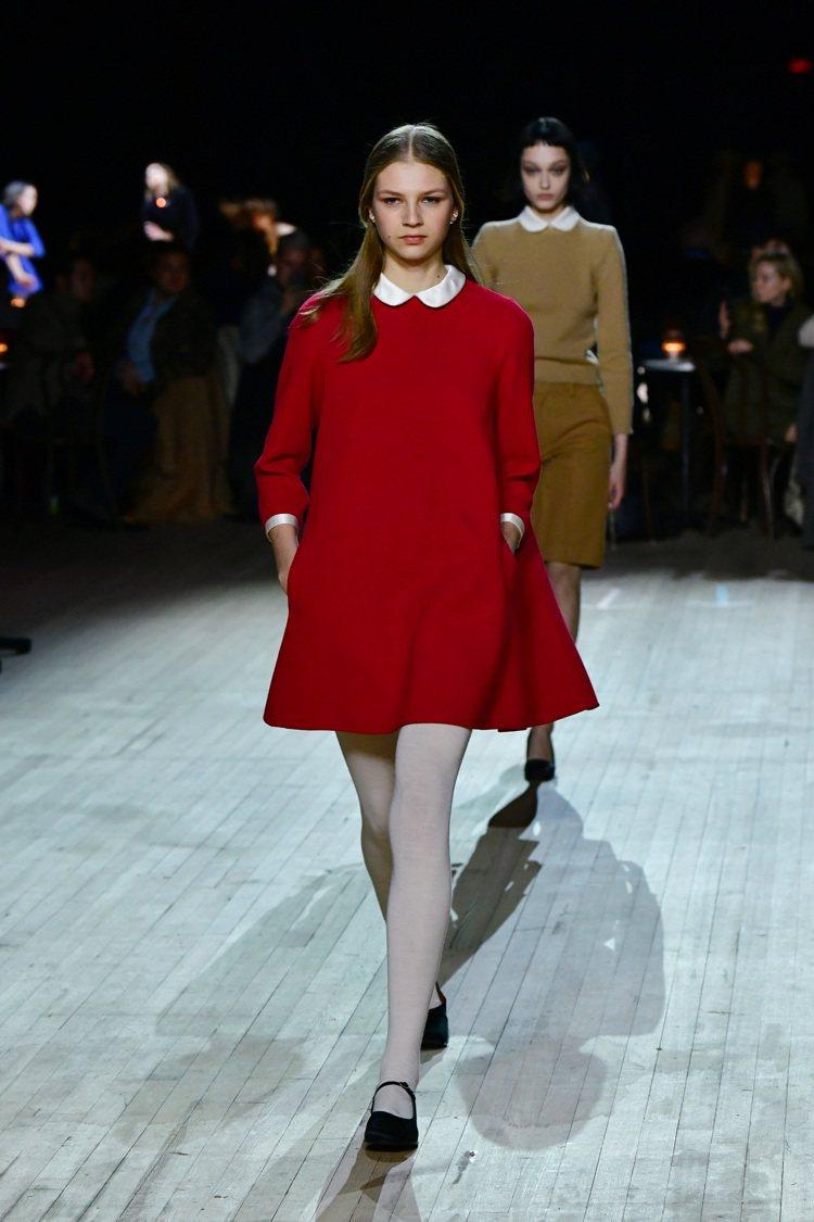 六○年代標誌性的女性特色與服裝風格,透過彼得潘領、A字線條大衣、洋裝等呈現。圖/...