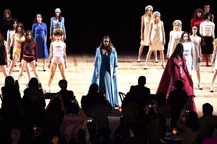 模特兒們和眾舞群交錯展開此次的服裝秀,同時進行的服裝與舞蹈帶來繁複震撼的視覺感受...