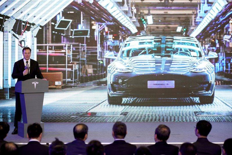 文件顯示,特斯拉可能打算在上海廠製造Model 3長續航版。圖為檔案照片,執行長馬斯克在上海廠介紹陸產Model Y計畫。路透