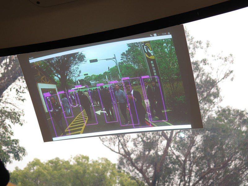 中華電信子公司勤崴國際公司歷經半年在桃園虎頭山創新園區進行自駕車模擬「駕訓」,車內螢幕會秀出前方人車動態。記者張裕珍/攝影