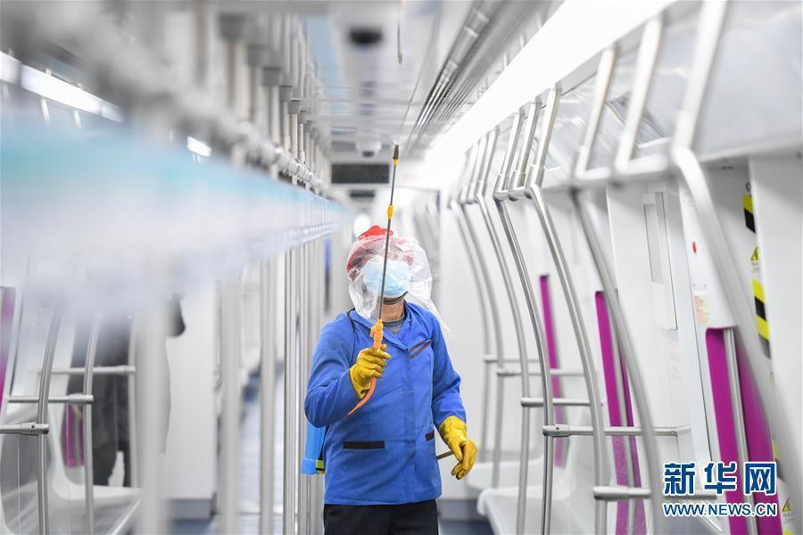 為防控疫情,目前大陸各地都對公共交通工具密集進行消毒。(新華網)